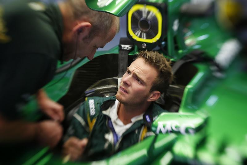 Гидо ван дер Гарде в кокпите Caterham и механик на Гран-при Индии 2013