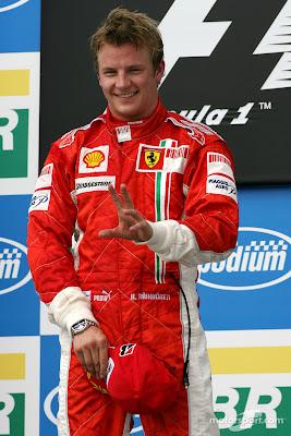 Кими Райкконен на высшей ступени подиума Интерлагоса на Гран-при Бразилии 2007