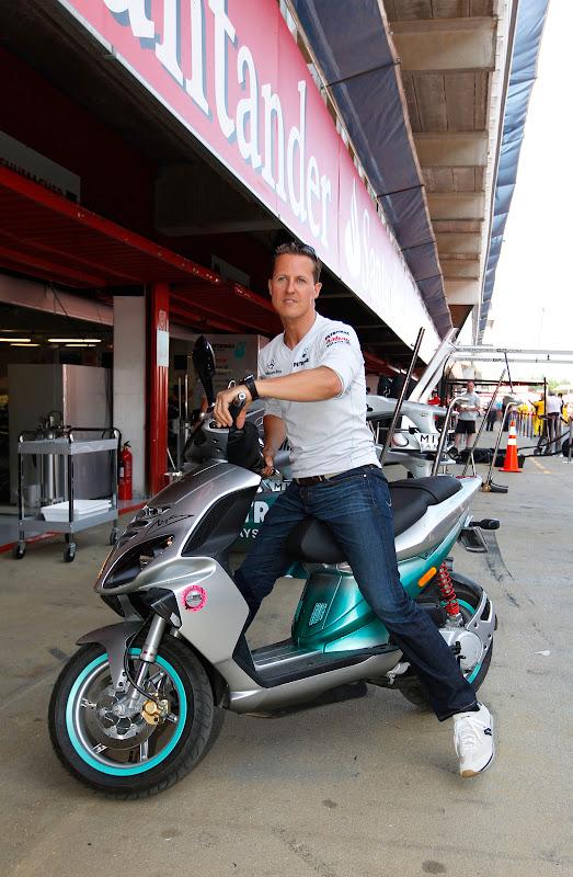 Михаэль Шумахер на мопеде Mercedes GP на Гран-при Испании 2011