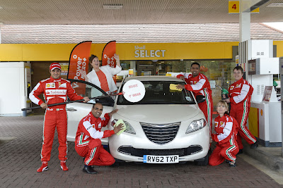 Фелипе Масса проводит пит-стоп на заправке Shell перед Гран-при Великобритании 2013