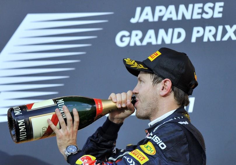 Себастьян Феттель пьёт шампанское не подиуме Гран-при Японии 2011