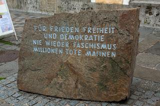 Natpis ispred kuće gdje se rodio Adolf Hitler