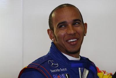 улыбающийся Льюис Хэмилтон на Гран-при Абу-Даби 2011