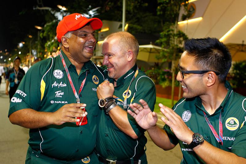 Тони Фернандес и Майк Гаскойн в обнимку - Риад Асмат рядом на Гран-при Сингапура 2011