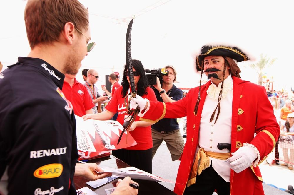 Себастьян Феттель и мужик с мечом на автограф-сессии Гран-при Бахрейна 2012
