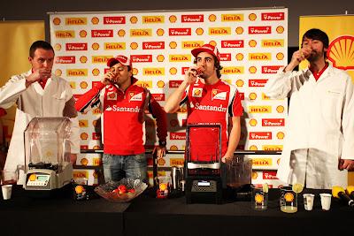 Фелипе Масса и Фернандо Алонсо пьют коктейли на спонсорском мероприятии Shell на Гран-при Абу-Даби 2011