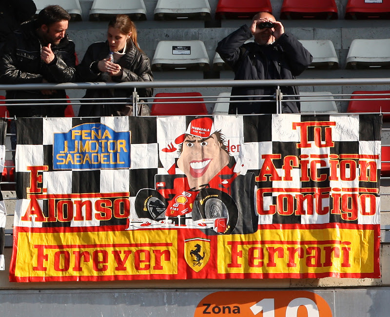 баннер на трибунах от болельщиков Фернандо Алонсо на предсезонных тестах 2012 в Барселоне