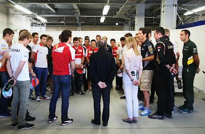 минута молчания в память о Марии де Вильоте перед гонкой на Гран-при Японии 2013
