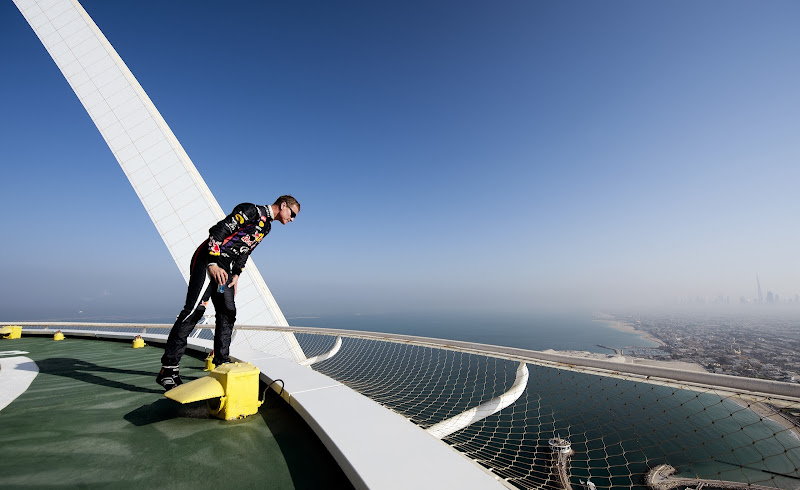 Дэвид Култхард смотрит вниз с вертолетной площадки Бурдж-эль-Араб в Дубае перед Гран-при Абу-Даби 2013