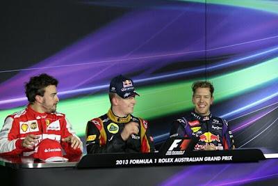 Кими Райкконен примеряет кепку Red Bull на послегоночной пресс-конференции Гран-при Австралии 2013