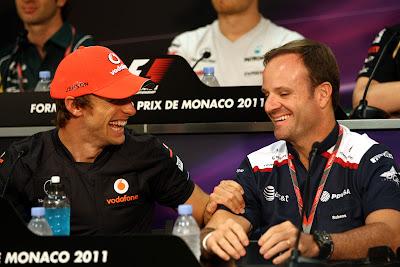 Дженсон Баттон держит за руку Рубенса Баррикелло на пресс-конференции в среду на Гран-при Монако 2011