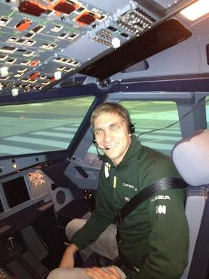 Виталий Петров на самолетном симуляторе Air Asia - март 2012