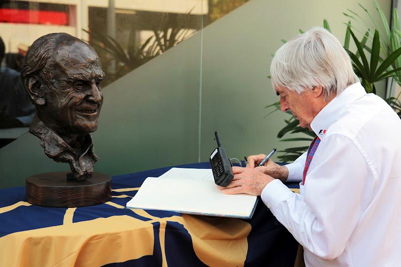 бюст и книга профессора Сида Уоткинса на Гран-при Сингапура 2012