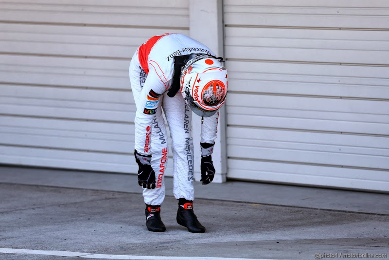 Дженсон Баттон нагибается на Гран-при Японии 2013