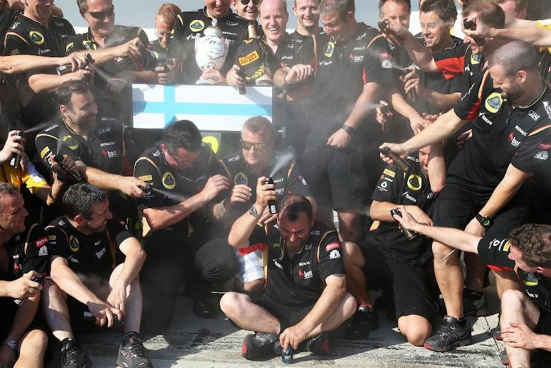 команда Lotus разыграла Кими Райкконена с дезодорантом на Гран-при Венгрии 2013