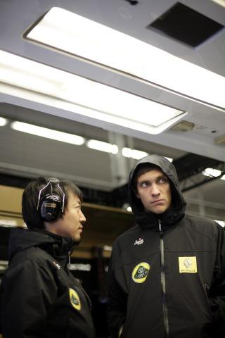 Аяо Комацу и Виталий Петров в боксах Lotus Renault GP на Гран-при Турции 2011