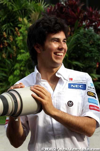 улыбающийся Серхио Перес и большой фотообъектив на Гран-при Малайзии 2012b