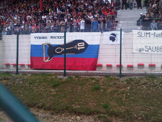 болельщики Виталия Петрова и Lotus Renault с российским флагом и Vyborg Rocket на Гран-при Бельгии 2011