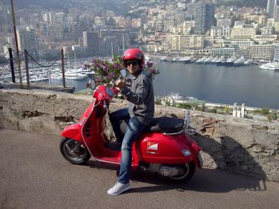 Фелипе Масса на мопеде Ferrari в Монако - конец марта 2012