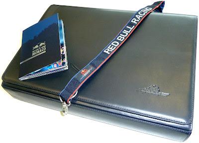 кейс для ноутбука Red Bull Racing, шнурок для бейджа и путеводитель Red Bull по Монако, подписанный Марком и Себастьяном