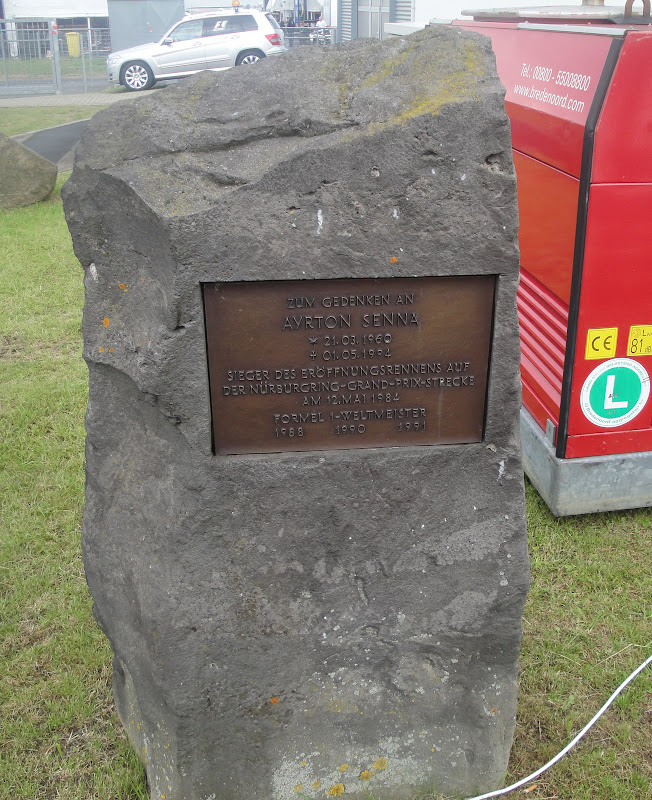 монумент Айртону Сенне на трассе Нюрбургринга на Гран-при Германии 2011