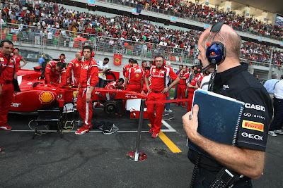 Эдриан Ньюи смотрит на болид Ferrari на стартовой решетке Гран-при Индии 2011