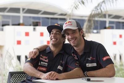 Даниэль Риккардо и Жан-Эрик Вернь обнимаются на Гран-при Бахрейна 2013