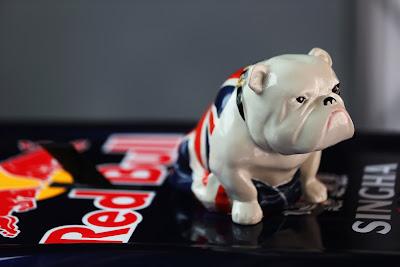 собачка Себастьяна Феттеля на болиде Red Bull на Гран-при Китая 2013