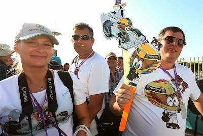 болельщики Льюиса Хэмилтона с атрибутикой MiniDrivers на Гран-при Абу-Даби 2013