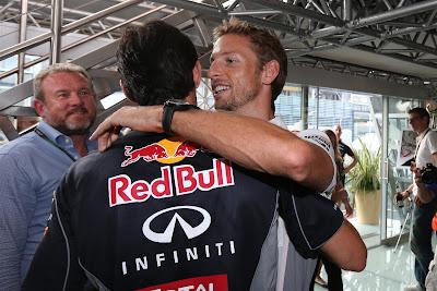 Дженсон Баттон обнимает Марка Уэббера на Гран-при Италии 2013
