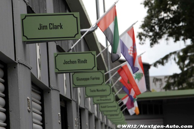 таблички над боксами: Джим Кларк, Йохен Риндт, Джузеппе Фарина на Нюрбургринге во время уикэнда Гран-при Германии 2011
