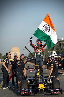 Даниэль Риккардо с индийским флагом в Дели 1 октября 2011