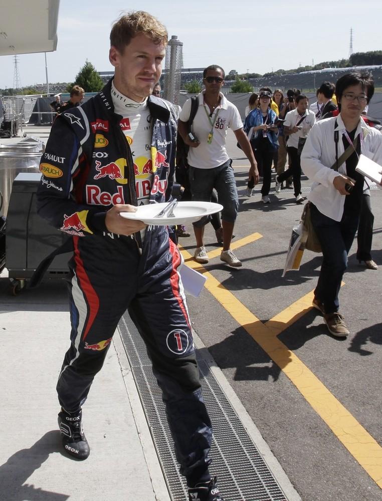 Себастьян Феттель с тарелкой на пит-лейне Сузуки на Гран-при Японии 2012