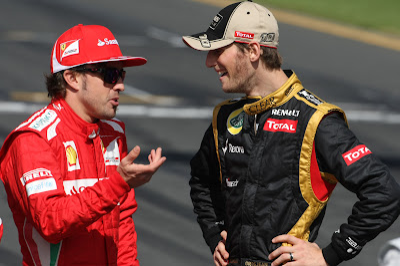 беседующие Фернандо Алонсо и Ромэн Грожан на Гран-при Австралии 2012