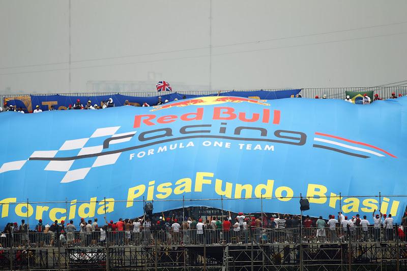 болельщики Red Bull с гигантским баннером на трибуне Интерлагоса на Гран-при Бразилии 2011