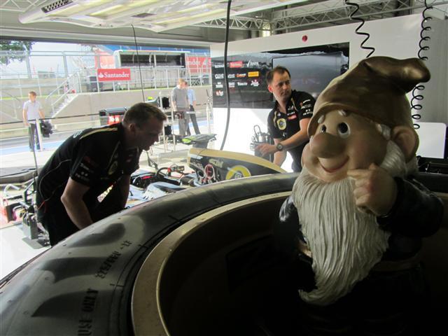 Гном Lotus в колесе на Гран-при Великобритании 2012