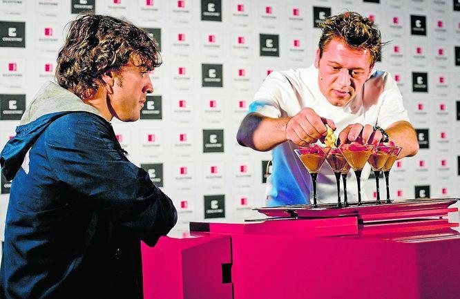 Фернандо Алонсо следит за изготовлением коктейлей на спонсорском мероприятии Silestone
