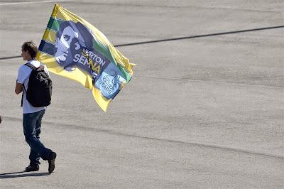 болельщик с флагом Айртона Сенны на Гран-при России 2014