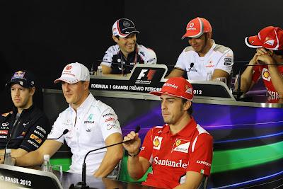 Бруно Сенна Льюис Хэмилтон Фелипе Масса рассматривают что смешное на телефоне во время пресс-конференции в четверг на Гран-при Бразилии 2012