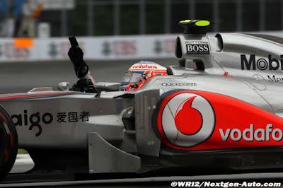 Дженсон Баттон с двумя поднятыми пальцами в болиде McLaren на Гран-при Канады 2011