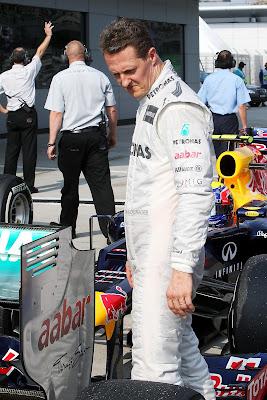 Михаэль Шумахер рассматривает заднее крыло своего Mercedes после квалификации на Гран-при Малайзии 2012