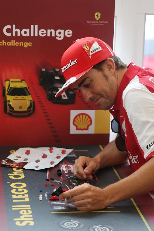 Фернандо Алонсо собирает лего Ferrari на Гран-при Венгрии 2013