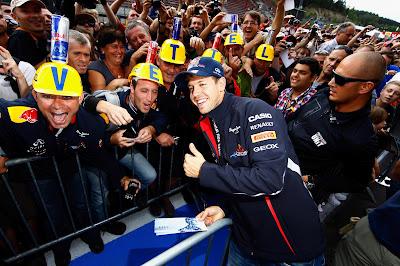 Себастьян Феттель фотографируется со своими болельщиками на Гран-при Бельгии 2012