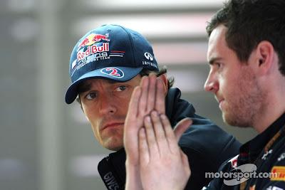 Марк Уэббер с механиком на Гран-при Бельгии 2011