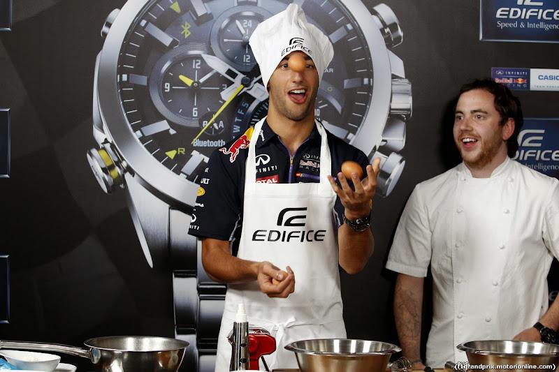 Даниэль Риккардо жонглирует яйцами на спонсорском мероприятии Edifice перед Гран-при Италии 2014