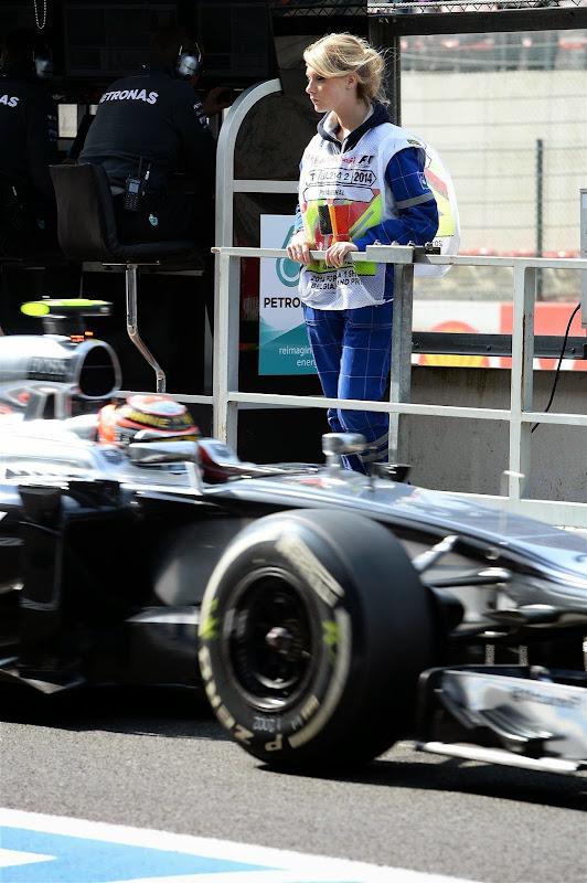 очаровательная пит-лэйн маршал и болид McLaren в Спа на Гран-при Бельгии 2014