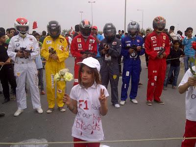 акции протеста в Бахрейне - девочка со цветами