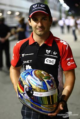 Тимо Глок держит в руках шлем на Гран-при Сингапура 2011