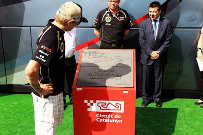 Кими Райкконен рассматривает монумент в свою честь на автодроме Каталунья на Гран-при Испании 2012