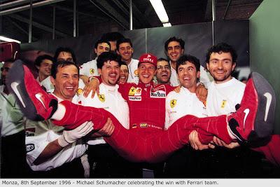 Михаэль Шумахер с механиками Ferrari празднуют победу в Монце на Гран-при Италии 1996